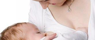 Молодая мама кормит ребенка грудью